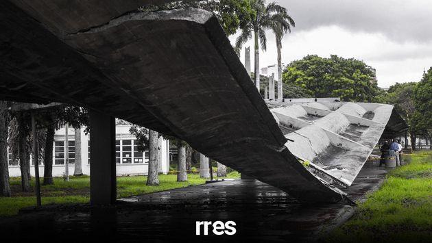 La caída del techo del pasillo cubierto de la Universidad Central de Venezuela, desplomado en junio de 2020, es todo un símbolo de la situación de los centros públicos de educación superior del país. Su Ciudad Universitaria, situada en medio de Caracas y construida entre 1940 y 1960, es Patrimonio de la Humanidad de la Unesco, que consideró la considera una obra maestra de la arquitectura contemporánea y de la planificación urbana. Foto: Runrun.es
