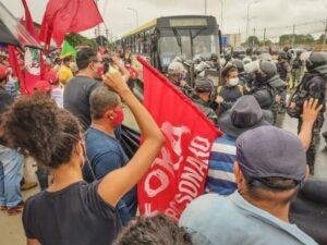 Protesta contra la presencia del presidente Jair Bolsonaro en Maceió, capital del nororiental estado de Alagoas, el 13 de mayo, donde el mandatario inauguró varias obras. La posibilidad de que el mandatario de ultraderecha sea derrotado en las elecciones presidenciales de 2022 por Luiz Inácio Lula da Silva, alienta a los grupos que mantienen su respaldo al exgobernante de izquierda, como el Movimiento Sin Tierra. Foto: Gustavo Marinho / MST Alagoas