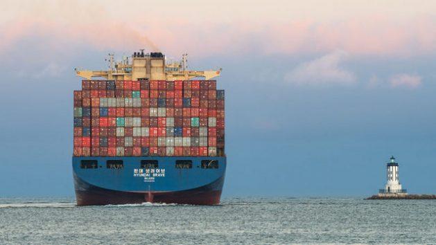 Un buque portacontenedores sale del puerto de Los Ángeles, Estados Unidos. El comercio mundial de mercancías se ha recuperado, en parte por las exportaciones de material farmacéutico y otros productos de alta demanda al cabo de un año de pandemia. Foto: Angel DiBilio/Unctad