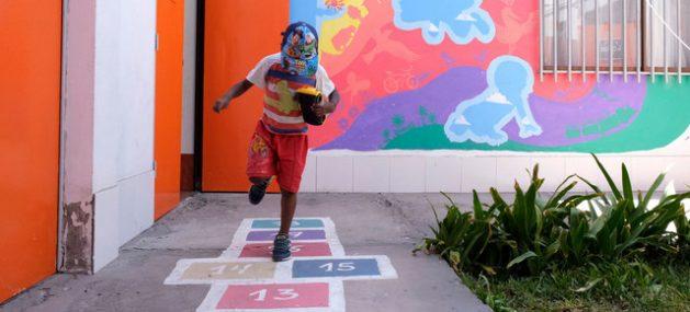 Un niño juega en un centro que ha recibido a colombianos y venezolanos en Arica, norte de Chile. Expertos de la ONU advierten que el gobierno chileno no debe expulsar colectivamente a los migrantes y en su lugar considerar individualmente cada caso. Foto: Santiago Escobar-Jarami/Acnur