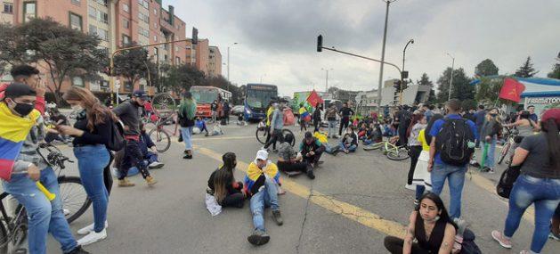 Manifestación antigubernamental en una calle de Bogotá. Las protestas se producen desde hace 17 días y relatores de la ONU y la OEA piden al gobierno colombiano una investigación exhaustiva e independiente sobre la muerte de decenas de manifestantes y otras violaciones de los derechos humanos. Foto: Jeimmy Celemín/ONU