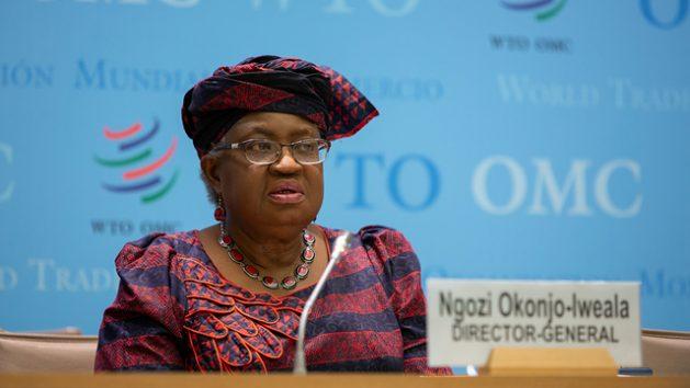 La directora general de la OMC, Ngozi Okonjo-Iweala sostuvo que una vacunación masiva y bien distribuida entre países ayudará a recuperar las economías y el comercio, pero todo dependerá de decisiones políticas acertadas que asuman los Estados. Foto: OMC