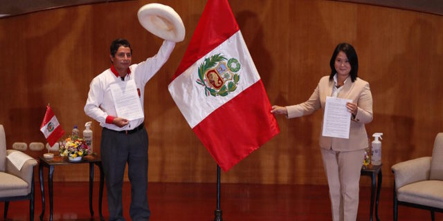 El izquierdista Pedro Castillo y la derechista Keiko Fujimori han firmado diversos acuerdos en las últimas semanas para intentar convencer al electorado, que el 6 de junio decidirá cuál de los dos será el próximo presidente de Perú. En los dos casos, lo ambiental sigue relegado en sus campañas y en sus programas. Foto: Andina