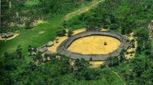 Comunidad yanomami en el norte brasileño fronterizo con Venezuela. Su territorio es invadido por miles de buscadores de oro que agreden a los indígenas, contaminan ríos y otros medios de vida, y destruyen grandes extensiones de bosque. Foto: Romeu Escanhoela/Fotos Públicas