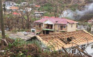 Destrozos visibles en un barrio de Wallhouse, en Dominica, tras el paso del huracán María, que azotó la isla con categoría 5 en 2017. En la Semana del Clima de América Latina y el Caribe, se promueve la consolidación de una posición reforzada y unificada de la región, para promover una mayor ambición y acción climática en la COP26, la cumbre climática de noviembre. Foto: Alison Kentish / IPS