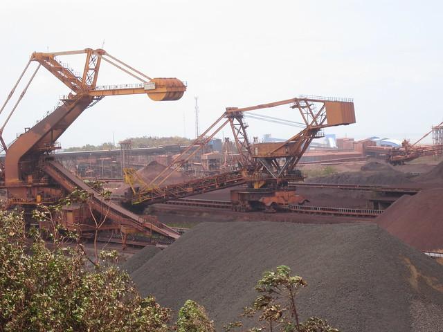 Depósito de hierro al aire libre en Puerto de Ponta da Madeira, en el norte de Brasil, por donde la privada empresa minera Vale exporta anualmente millones de toneladas del mineral a China. Durante este siglo, Brasil se desindustrializó y se hizo más dependiente de la exportación de productos básicos a China. Foto: Mario Osava / IPS