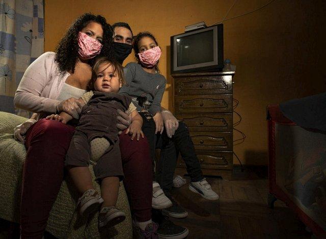 La familia venezolana Díaz, una de las miles que ha migrado a Chile y recibido asistencia de Acnur y la OIM para encarar la llegada del invierno austral. Una conferencia auspiciada por Canadá comprometió ayuda por 1500 millones de dólares para asistir a más de tres millones de venezolanos en la región. Foto: Hugo Fuentes/Acnur