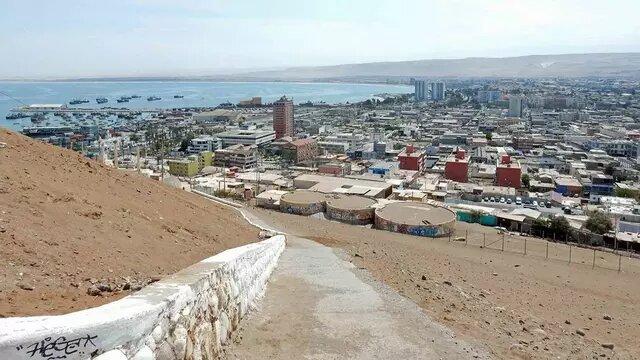 Vista de la ciudad de Arica, en el norte de Chile, junto a la cual una empresa de Suecia vertió 20 000 toneladas de desechos tóxicos que durante décadas han afectado la vida y la salud de al menos 12 000 chilenos y migrantes. Foto: Flaschpacker CC BY-SA 2.0