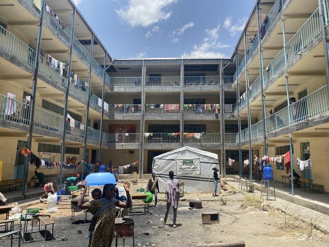 La sede de una escuela secundaria en la ciudad de Mekele, capital de la región etíope de Tigray, es ocupada por unos 8000 desplazados a causa del conflicto armado que desde noviembre de 2020 opone a fuerzas regionales y del gobierno central. Foto: OIM