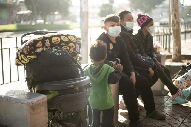 Una familia venezolana que vive en la calle se prepara para enfrentar el invierno en Santiago de Chile. Acnur está distribuyendo mantas, calentadores, alimentos y auxilio en efectivo para miles de migrantes en los países del Cono Sur. Foto: Yhan Cancino/Acnur