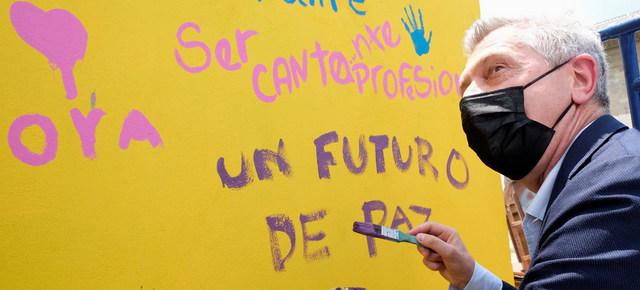 Filippo Grandi, responsable de la Agencia de la ONU para los Refugiados, escribe en un mural del Centro de Integración Social La Milagrosa, en Colombia, país que ha recibido 1,7 millones de migrantes venezolanos. Foto: Santiago Escobar-Jarami/Acnur