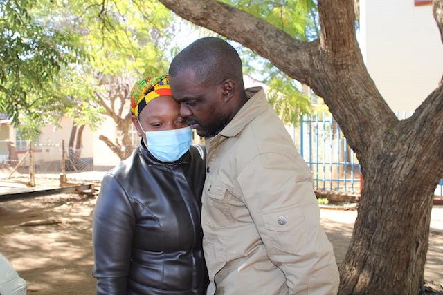 Jeffery Moyo junto a su esposa, Purity, tras su liberación este jueves 16 de mayo, de la prisión en Bulawayo, en Zimbabwe. El corresponsal de IPS y otros medios internacionales aseguro que su encarcelamiento no lo disuadiría de hacer su trabajo como periodista. Foto: Busani Bafana / IPS
