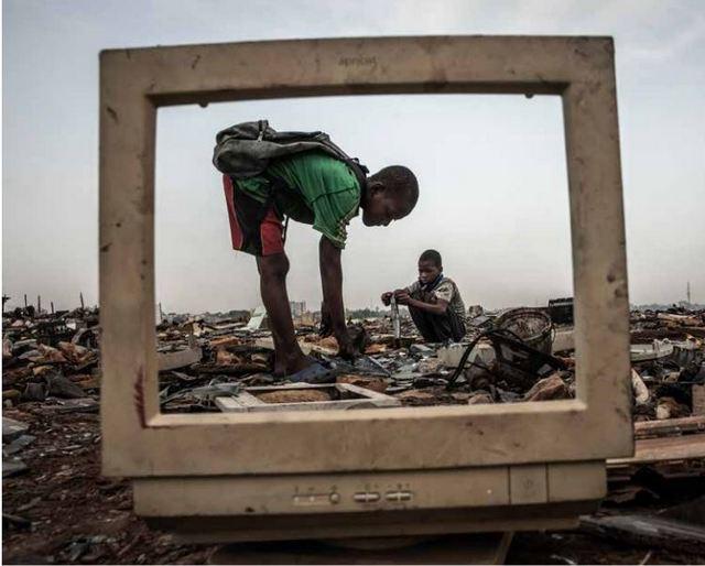 Niños rompen tubos de rayos catódicos para recuperar materiales en monitores arrojados al basurero de Agbogbloshie, en Ghana. La salud de millones de niños y mujeres embarazadas está en riesgo en todo el mundo por la gestión indebida de la basura tóxica que dejan los aparatos electrónicos. Foto: Andrew McConnell/Panos Pictures-OMS