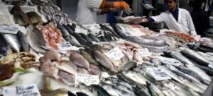 Venta de pescado en un puesto de Roma. La FAO recomienda a los consumidores adquirir las especies locales y de temporada, para apoyar a las comunidades locales de pescadores y contribuir a la sostenibilidad de las especies marinas. Foto: Alessia Pierdomenico/FAO