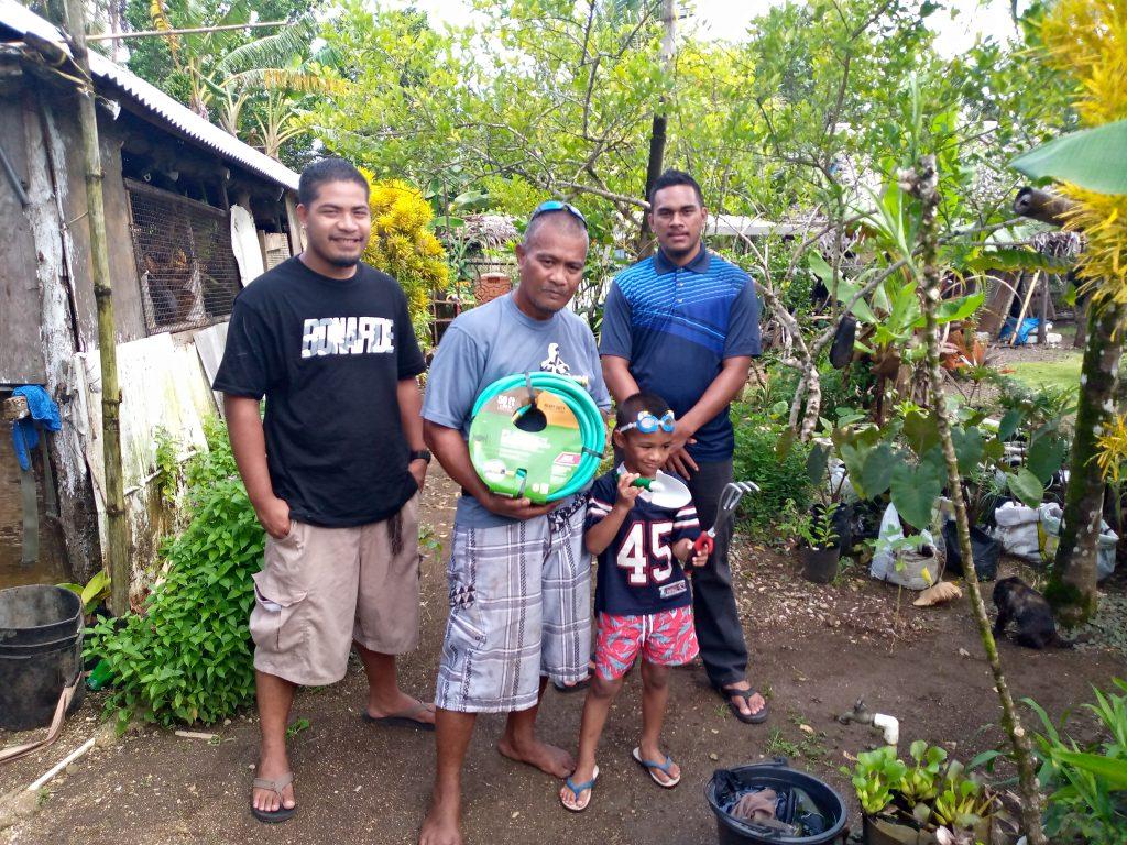 Robby Nena (centro) se dedica a la agricultura y la pesca de subsistencia. El pescado es un pilar de la seguridad alimentaria en la mayoría de los países y territorios insulares del Pacífico y proporciona la mayor parte de las proteínas animales de la dieta en la región. Foto: Cortesía de KCSO