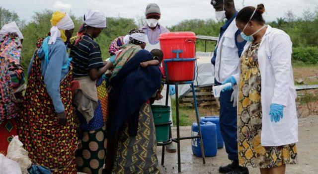 Varias mujeres, algunas cargando sus bebes, se lavan las manos en un precario puesto de atención sanitaria en un país africano, como parte de las medidas para contener la covid. El impacto de la pandemia está destruyendo los avances en los países de ingresos bajos y medios del Sur en desarrollo. Foto: Banco Mundial