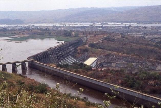 La presa de Inga, con el canal de alimentación de Inga II en primer plano. Foto: Alaindg / GNU