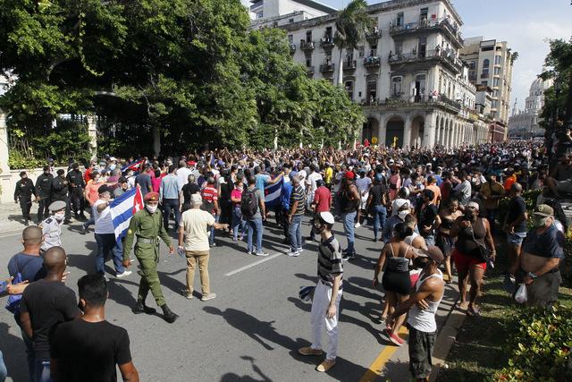 Un grupo de manifestantes a favor del gobierno, en primer plano, bloquea el paso a otro de opositores que habían tomado una calle de La Habana, durante las protestas en Cuba comenzadas el domingo 11. Foto: Jorge Luis Baños  / IPS