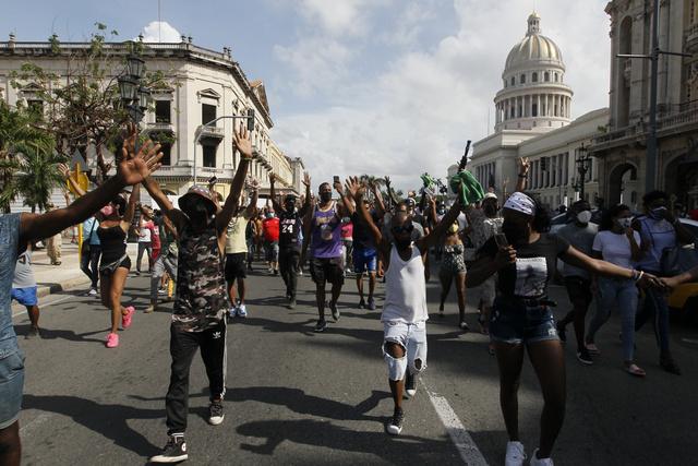 Manifestantes, en su mayoría jóvenes, recorren las inmediaciones de la sede de la Asamblea Nacional  de Cuba, en el paseo del Prado de La Habana, durante las protestas antigubernamentales estalladas el 11 de julio en el país insular caribeño. Foto: Jorge Luis Baños/IPS