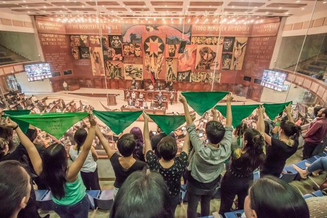 Colectivos feministas han respaldado en el parlmento de Ecuador que nuevas leyes despenalicen el aborto, en particular en los casos de violación, La criminalización afecta sobre todo a mujeres y niñas pobres, indígenas o afrodescendientes, según HRW. Foto: Juan Manuel Ruales/Surkuna