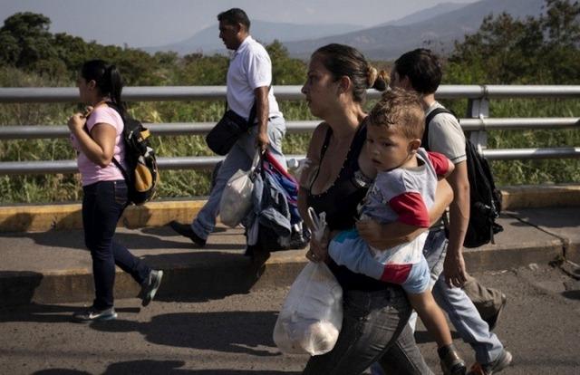 Una familia venezolana, cargada con unas pocas pertenencias, cruza el puente Simón Bolívar en la frontera hacia Colombia. Al paso de los años, la migración se hizo cada vez más masiva de personas con necesidades básicas insatisfechas. Foto: Siegfried Modola/Acnur