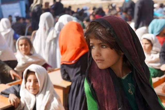 Niñas de familias desplazadas asisten a una escuela en Qalai Gudar, Afganistán. La milicia talibán, que avanza en su control territorial, restringe severamente los derechos de las mujeres y las niñas, y Acnur advierte de un agravamiento de la crisis humanitaria en ese país. Foto: S. Sisomsack/Acnur