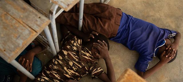 Niños participan en un simulacro de emergencia ante un posible ataque a su escuela en Burkina Faso. La violencia de grupos armados ha causado centenares de muertes, secuestros y violaciones de niños y niñas en África central y occidental el último año. Foto: Unicef