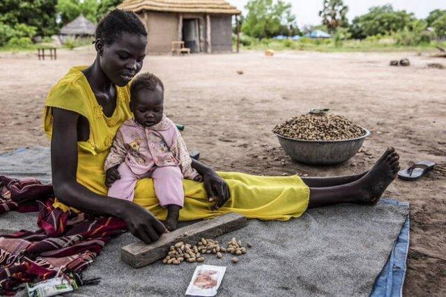 Poblaciones africanas inmersas en pobreza, conflictos armados y perturbaciones climáticas están entre las más afectadas por la incidencia de la pandemia. El hambre alcanza a uno de cada 10 habitantes del planeta y a uno de cada cinco en África. Foto: Stefanie Glinski/FAO