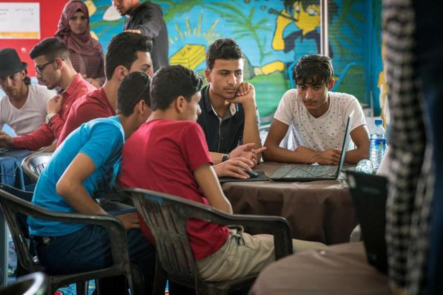 Los jóvenes migrantes, desplazados y refugiados concentran sus esfuerzos en conseguir oportunidades de educación y empleo, y a menudo son talentos emprendedores desaprovechados en todo el mundo. Foto: Herwig/Unicef