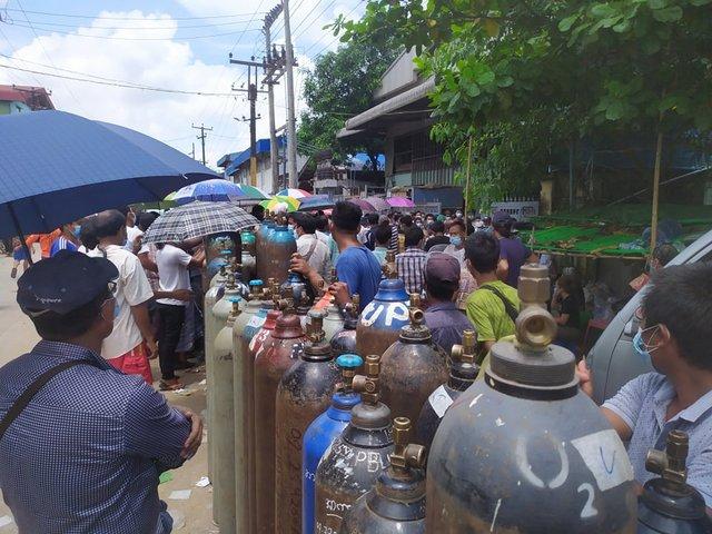 La gente en Yangón hace filas de horas para para obtener cilindros de oxígeno para tratar a los pacientes con covid mientras una tercera ola de la pandemia está desatada en Myanmar y los militares golpistas no tienen capacidad de contenerla. Foto: Sai T Perria