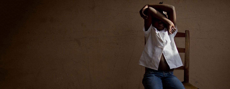 Una niña de ocho años oculta su rostro en un centro de Haití que proporciona atención y apoyo temporal a víctimas de la trata de personas, mientras las autoridades buscan a sus padres. En los últimos 15 años se ha triplicado en el mundo la trata de niños y niñas. Foto: Marco Dormino/Unicef