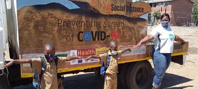 Niños en Zimbabwe aprenden a mantener la distancia física para prevenir la propagación del coronavirus. Esa medida se mantiene entre las principales recomendaciones de la OMS para tratar de frenar la pandemia, mientras pide a los gobiernos un mayor esfuerzo de vacunación. Foto: ONU