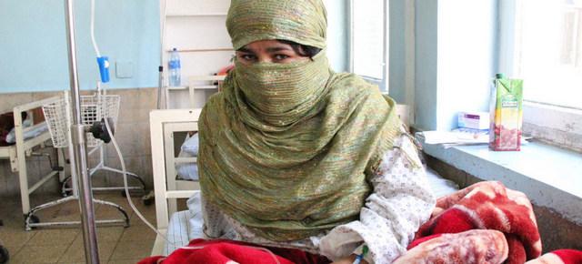 Mujer en un centro de salud en Afganistán. La atención a la salud sexual y reproductiva de las mujeres en muchos países se ha resentido como consecuencia de la pandemia, ha destacado el Fondo de Población de las Naciones Unidas. Foto: Olivier Girard/UNFPA