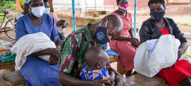 Padres seropositivos en una sesión de apoyo en una clínica en el distrito de Kamuli, en Uganda. La interrupción de servicios para portadores de VIH y la escasez de vacunas contra la covid coloca a poblaciones vulnerables en doble riesgo de muerte, según Onusida. Foto: Jimmy Adriko/Unicef