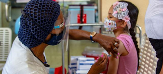 Una niña recibe una vacuna en Venezuela, uno de los países de América Latina y Asia donde las campañas de inmunización infantil contra enfermedades prevenibles han disminuido en el marco de la pandemia covid-19. Foto: OPS