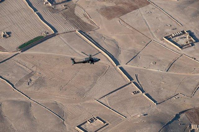 Un helicóptero sobrevuela el principal centro de entrenamiento militar de Afganistán. Foto: Shutterstock / Rob Leyland