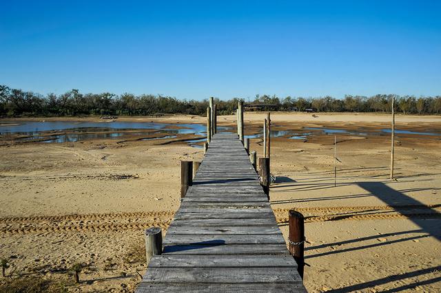 Parte del lecho del río Paraná sin agua. Foto: Celina Mutti / PxP
